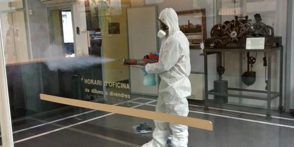 Tasques de desinfecció a l'interior de l'Ajuntament.
