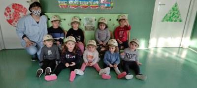 Nenes i nens de la Llar d'Infants l'Estelada amb la gorra.